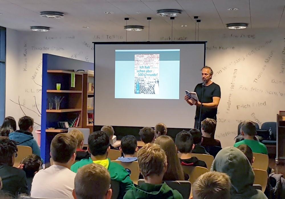 Autor Armin Kaster zu Gast in der Max-Ernst-Schule