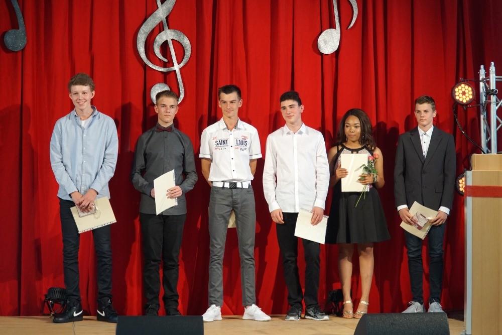 96 Absolventen der Max-Ernst-Schule verabschiedet