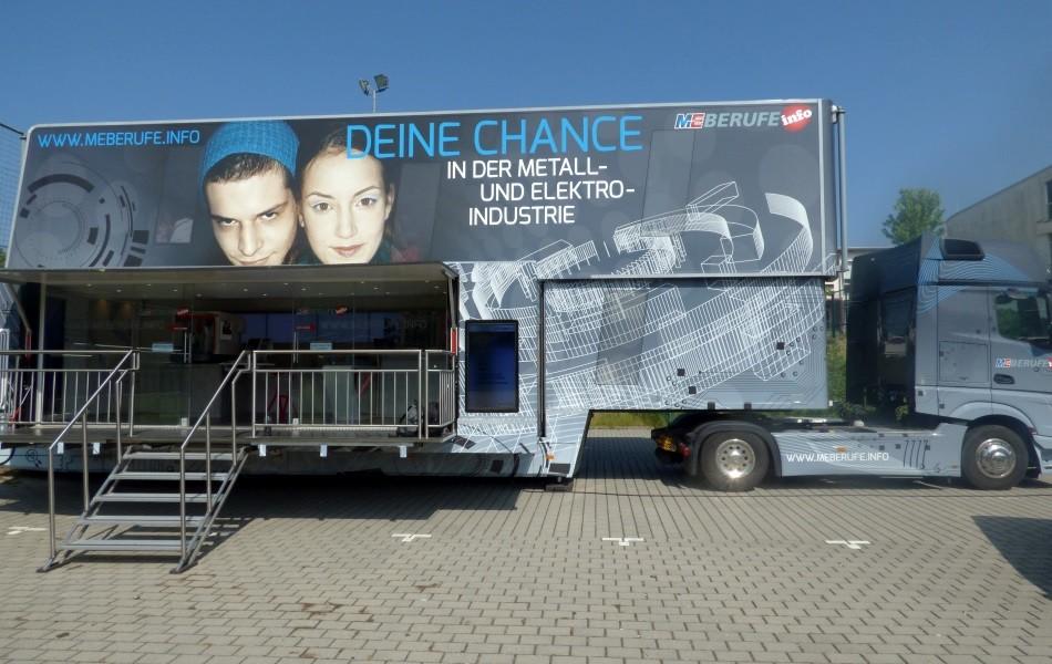 M+E Truck zu Besuch an der Max-Ernst-Schule