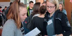 Nachmittägliche Ausbildungsmesse in Weilrod lockt zahlreiche Schüler und Eltern an