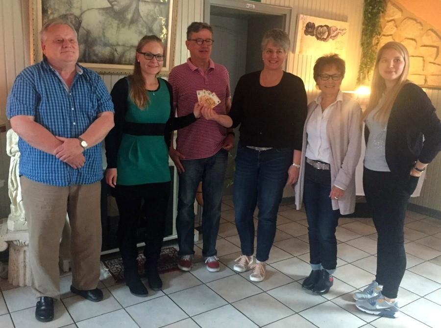 Der Vorstand der Jugendförderung Weilrod e.V. überreicht Anke Balschun und Marlies Wiedenau (4. und 5. v.l.) 250€ und fördert den Ungarnaustausch der Max-Ernst-Schule. Foto: Schneider