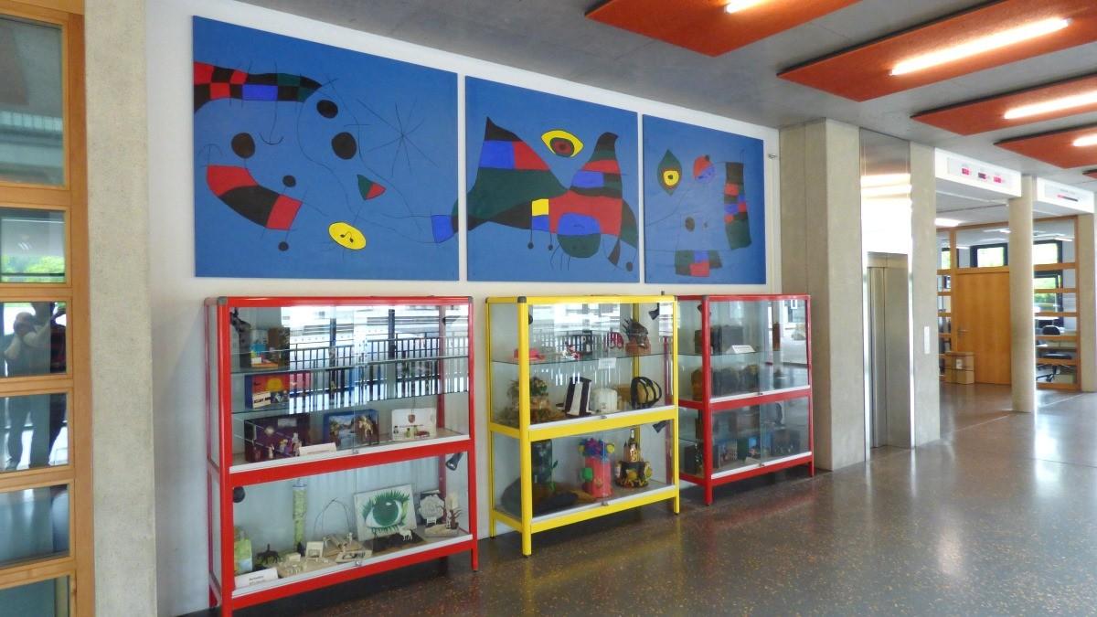 Neue Schülerarbeiten aus dem Kunstunterricht in der MES aufgehängt