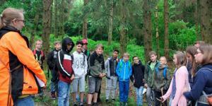 Schüler lernen in Riedelbach über Bäume und Klima
